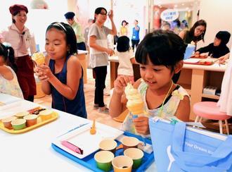 ソフトクリームのデコレーションを楽しむ子どもたち=14日、浦添市牧港・ブルーシールアイスパーク