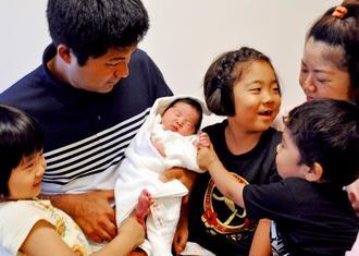 令和に改元された1日に生まれた三女を囲む伊波盛崇さん(左)、佳子さん(右)夫妻と子どもたち=1日、那覇市の糸数病院