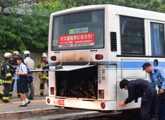 後部エンジンから出火したバス=6日午後5時45分、那覇市・沖縄大学前バス停