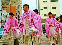「荒れる」成人式を変えたい! リーゼント姿の新成人が国際通りを清掃