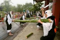 京都・鞍馬寺で「竹伐り会式」 勇壮に「大蛇」退治