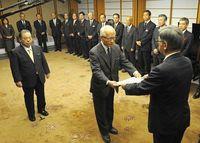 浦崎・安慶田両副知事に辞令 知事「県政の変わり目」