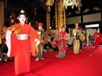 琉球舞踊などが披露されたピースフルコンサート=11日、京都市左京区