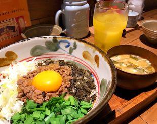 ざく切りのニラやネギ、豚ひき肉など具材をふんだんに使った「まぜ麺」(700円)。味噌汁と漬け物が付いてくる。ドリンクは別料金