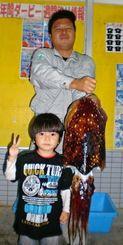 1日、読谷海岸で6.36キロのクブシミを釣った新垣喜和さん(後方)