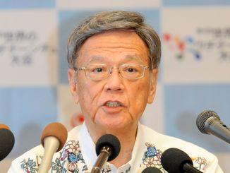定例記者会見で発表事項を述べる翁長雄志知事=25日午前、沖縄県庁