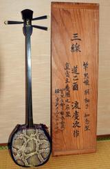 島岡稔さんの三線と木箱=神奈川県鎌倉市の自宅