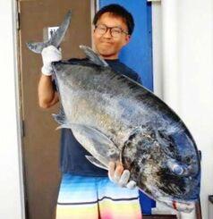 浜比嘉島で120センチ、25キロのガーラを釣った金城良太さん=6月29日