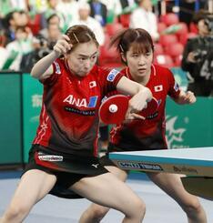 女子準々決勝 ルーマニア戦の1試合目でプレーする石川(左)、平野組=東京体育館