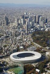 国立競技場と新宿副都心のビル群=2019年