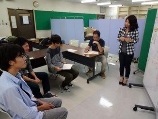 【子どもたちが主体的に勉強するような宿題の出し方についてのミーティング中=沖縄国際大学、10月24日】