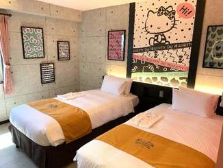 サンリオの人気キャラクターのハローキティが描かれた「ホテル沖縄withサンリオキャラクターズ」の客室=10日、那覇市