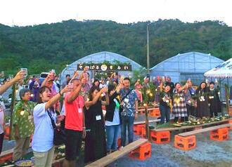 試験開催された第1回「本場のやんばるもあい」で乾杯する参加者=29日、大宜味村田嘉里・やんばる酒造(提供)