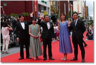 兵庫県洲本市の地域発信型映画「時代おくれ」をアピールする出演者たち
