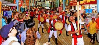 道ジュネーで熊本地震への寄付を募るエイサー団体「琉球風車」=24日、那覇市・平和通り