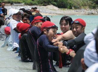 海の中での綱引きを楽しんだ、渡名喜小中学校の第97回水上運動会=5日、同村のあがり浜