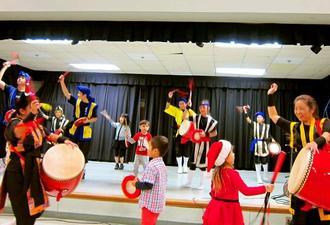 子どもたちも一緒に舞台で踊り、楽しいひとときを過ごしたアトランタ県人会=アトランタ