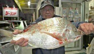 与那原海岸で47・3センチ、1・96キロのチンシラーを釣った亀谷長治さん=9日