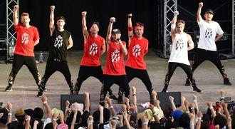 モンゴル800の企画イベント「800だョ全員集合!!」に出演、力強いダンスとISSA(中央)の声で魅了したDA PUMP=2015年8月29日、宜野湾海浜公園屋外劇場
