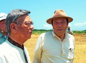 馬毛島を視察し、同島の土地の大部分を所有する立石勲氏(右)から説明を受ける翁長雄志知事(左)=18日正午すぎ、鹿児島県西之表市(県提供)