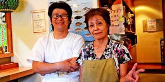 店を切り盛りする上原孝之さん(左)と、母の和美さん