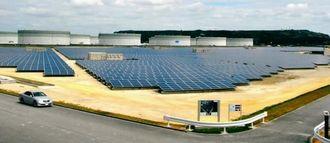 県内最大規模のうるまメガソーラー発電所=うるま市与那城平宮・沖縄石油基地内