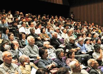 木村草太さんの講演に聴き入る来場者=27日午後、那覇市・タイムスホール