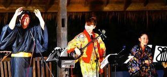 紅型風の衣装を身に着け、沖縄の民謡や人気ポップス曲を披露した県出身の河原弥生さん(中央)ら想音のメンバー=タイ・チェンマイ