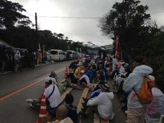 東村高江周辺の米軍ヘリパッド建設に反対し抗議集会を開く市民ら=15日午前、北部訓練場N1地区表側出入口付近