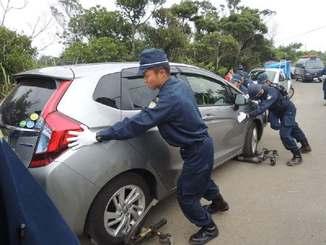 警察官によって強制的に移動される北上田毅さんの車=1日、東村高江(同氏提供)