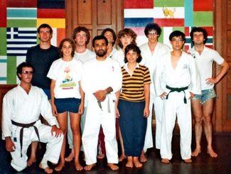 県職員時代の1984年、米ニューヨーク州立大学に留学当時の大城眞幸さん(前列中央)=大城さん提供