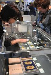 令和を記念して、純金製の「令和小判」が販売された=1日、那覇市・デパートリウボウ