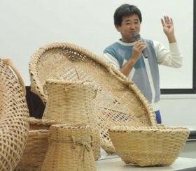自ら作った竹細工などを持参して講演する知念正敏さん=那覇市の県立博物館・美術館