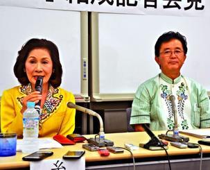 参議院会派「沖縄の風」結成を発表した糸数議員と伊波議員=26日、参院議員会館