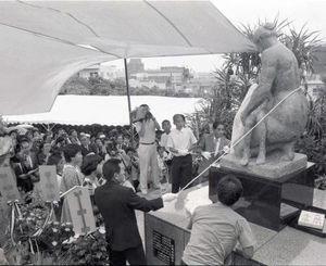 除幕された「海鳴りの像」=1987年6月23日、那覇市若狭・旭ケ丘公園