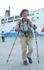 日本列島縦断の旅を続け沖縄本島に到着した石川文洋さん=22日、本部港