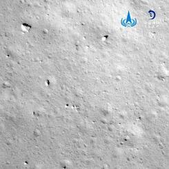 月面着陸の際に「嫦娥5号」が撮影した写真(新華社=共同)