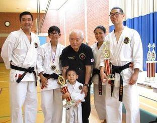 大田栄八範士十段(中央)と上地パティさん一家=米ロサンゼルス郊外
