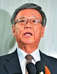 東京へ出発前に、首相との会談について記者の質問に答える翁長雄志知事=16日午後、県庁