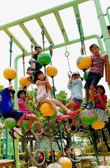 青空の下、笑顔で元気よく遊ぶ児童たち=1日午前、県総合運動公園(渡辺奈々撮影)