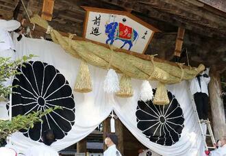 熊野本宮大社の神門で掛け替えられた大しめ縄と大絵馬=24日午前、和歌山県田辺市