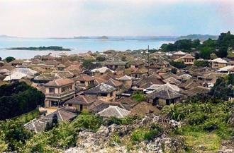 赤瓦/赤瓦の家並みが美しい糸満の集落。2階建ての家も多く、豊かな地域だったことがうかがえる