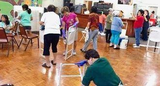 年末の大清掃を行う参加者ら=北米県人会館
