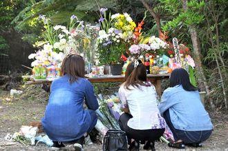 被害女性の冥福を祈る同級生=28日、恩納村安富祖