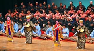 祝儀舞踊「かぎやで風」が幕開けを飾った=3日、名護市民会館(金城健太撮影)