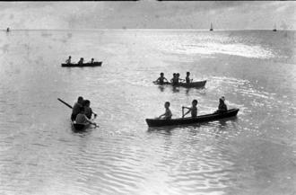 小さなサバニに乗る子どもたち。中には沖縄本島各地や離島出身の「糸満売り」された子も多かった、との見方がある(写真は朝日新聞提供)