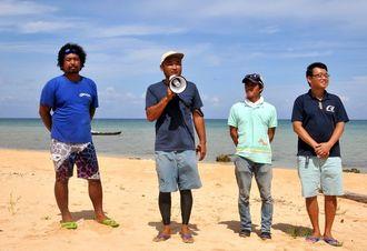 チャリティー祭りであいさつする「子どもを増やそうプロジェクト」の吉田友厚実行委員長(左から2人目)ら