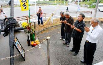 「迅鯨」の犠牲者に手を合わせ最後の慰霊祭に臨む中村さん(右)ら=10日、本部町健堅