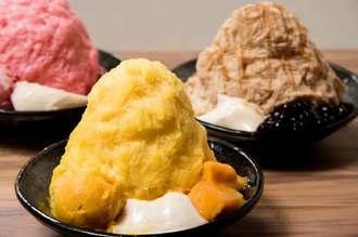 アイスモンスターの定番メニューのマンゴーかき氷(手前)など(同社提供)