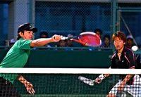 タイムス杯ソフトテニス:男子金城・山内組強気の攻め